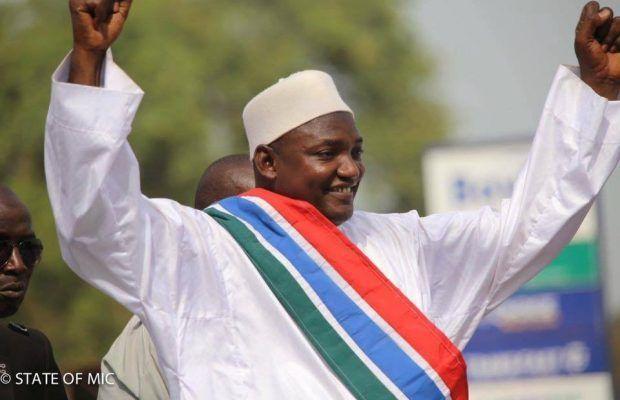 Adama Barrow jura su cargo como nuevo presidente de Gambia en la embajada de su país en Dakar.- El Muni.