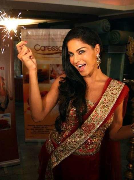 Veena Malik, la mujer que conmocionó Pakistán con un tatuaje. Los grupos más conservadores de Pakistán han protestado contra la revista para caballeros FMH, que este diciembre muestra en su portada a la actriz Veena Malik. El país está conmocionado no sólo por la desnudez de la joven sino por el tatuaje con las iniciales ISI que son las del servicio secreto paquistaní. Veena es reconocida en Pakistán como un ícono de la belleza femenina.- El Muni.