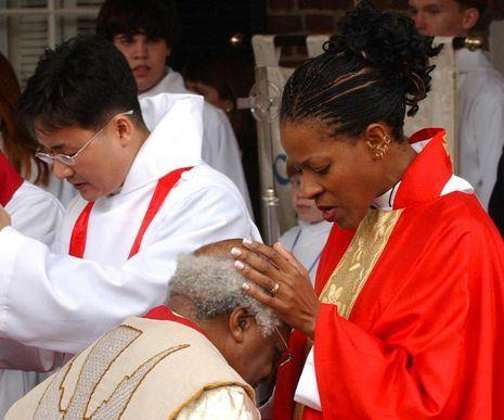 Me emociona el amor que se muestran el Arzobispo anglicano Demond Tutu y su hija. El clérigo sudafricano lanzó una campaña en apoyo a la boda homosexual de su hija, la hasta entonces reverenda Marceline Mpho Tutu-Van Furth.- El Muni.