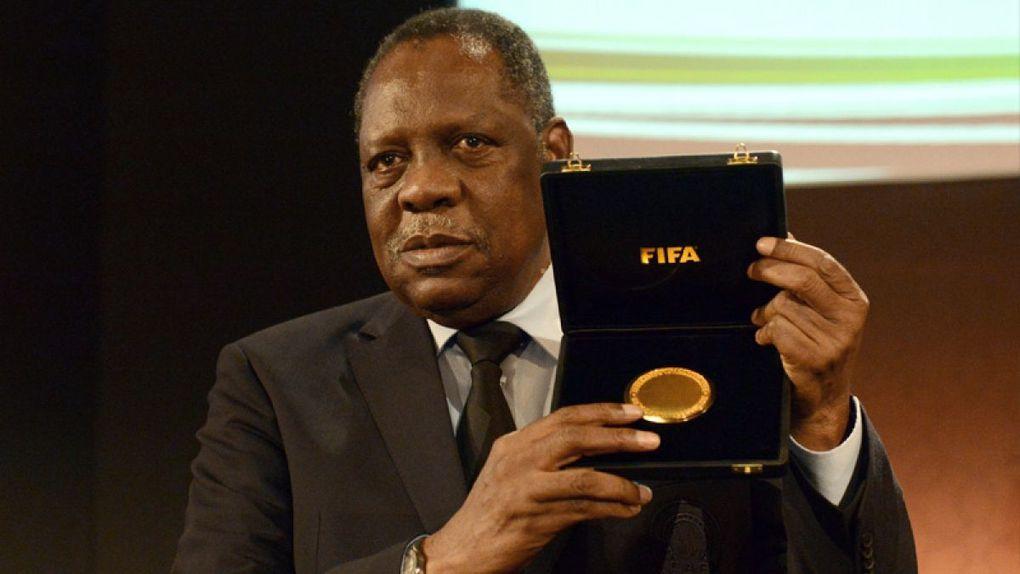 Camerún: Después de la CAF, Paul Biya nombra a Issa Hayatou como  jefe de la Academia Nacional de Fútbol.