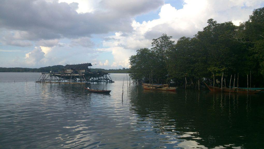 Maisons indonésiennes et quais traditionnels de l'île de Bintan