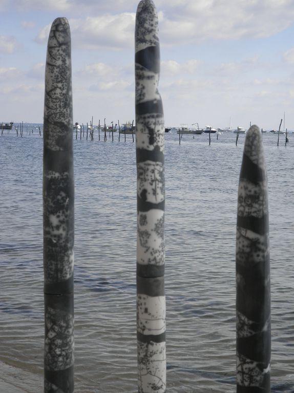 totems de la mer :raku nu noir et blanc , rouge et noir et état de rouille . haureur de 100cm à 180cm.