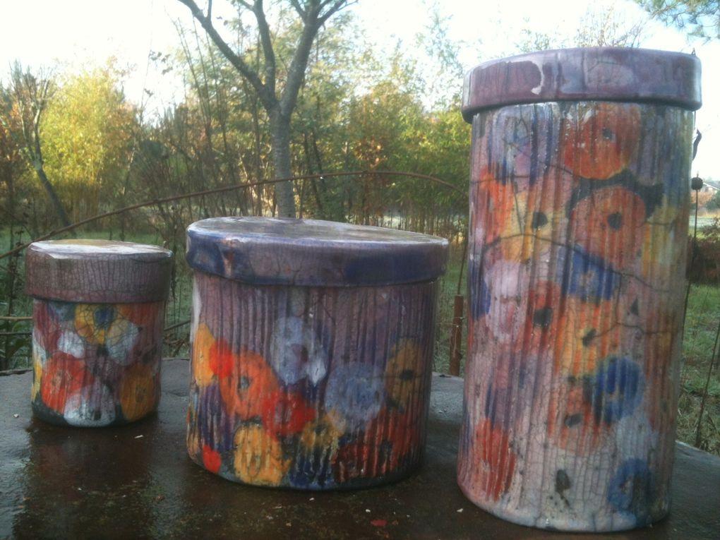 Des boîtes à thé , des boîtes à secrets , des boîtes à bijou, des boîtes à clou , des boîtes à fleurs , des boîtes du bonheur , des boîtes fleuris de coquelicots , de violettes et de bleuets , des boîtes parfumés au jasmin, aux amandes ou à la rose , des boîtes de toutes les couleurs du temps &#x3B;