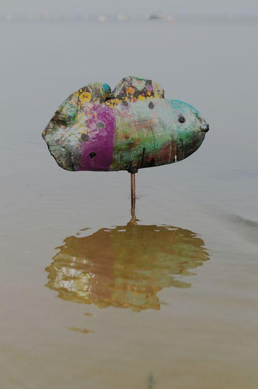 """J ' y expose les marées de galets colorés , les poissons imaginaires , les contenants intitulés """"dans la terre """" ou encore """"le roulis des vagues """" et les totems de la mer &#x3B; pour voir plus de photos de l 'expo voir sur mon face book à cloruellan céramiste ."""