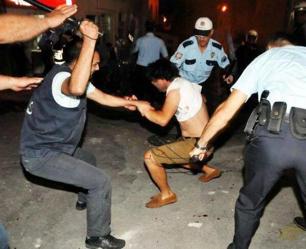 Les Afro-Maghrébins se plaignent de la police française, qu'ils aillent tâter du bâton dans leur pays d'origine !