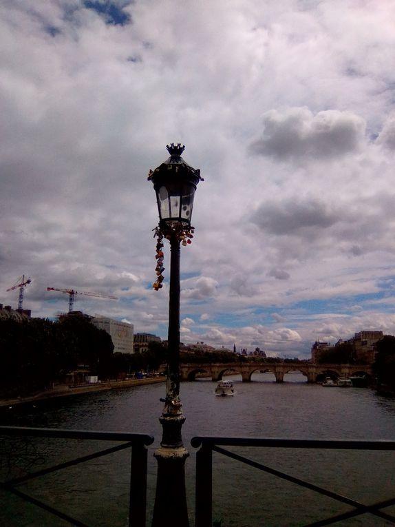 En traversant le Pont des Arts