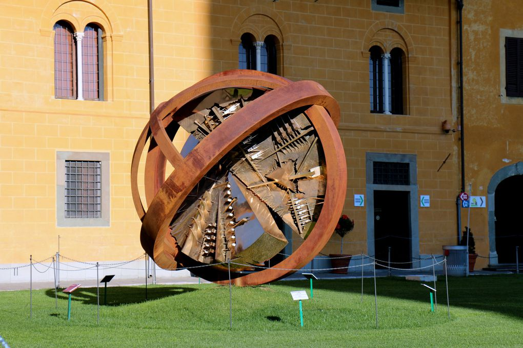 Oeuvre d'Arnaldo Pomodoro, Piazza del Duomo à Pise