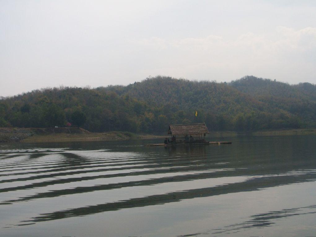 Thaïlande : Le lac Huai krating  vers Loei et son restaurant  bambous flottants