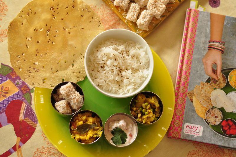 Thali comme en Inde: Curry de pommes de terre, chou-fleur et petits pois