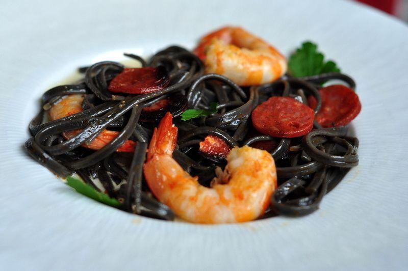 Linguine à l'encre de seiche, crevettes, chorizo et crème de parmesan, pour réveiller la St Valentin!