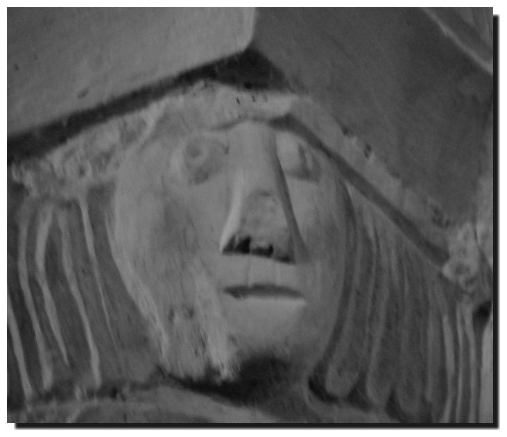 Des chapiteaux et autres décorations de l'église de Réville