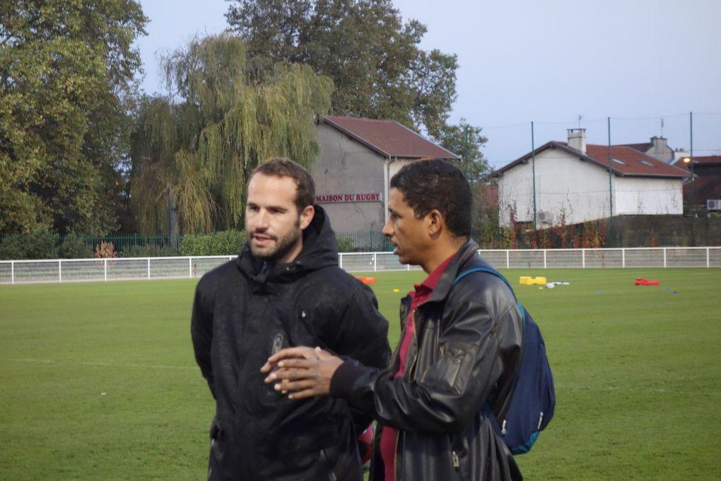 Frédéric Michalak et Christian Njewel avec les U16 et U18 du club
