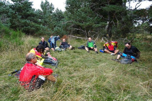 Au col de Baracuchet, nous faisons la pause casse-croûte. Les voilà tous vautrés dans l'herbe !
