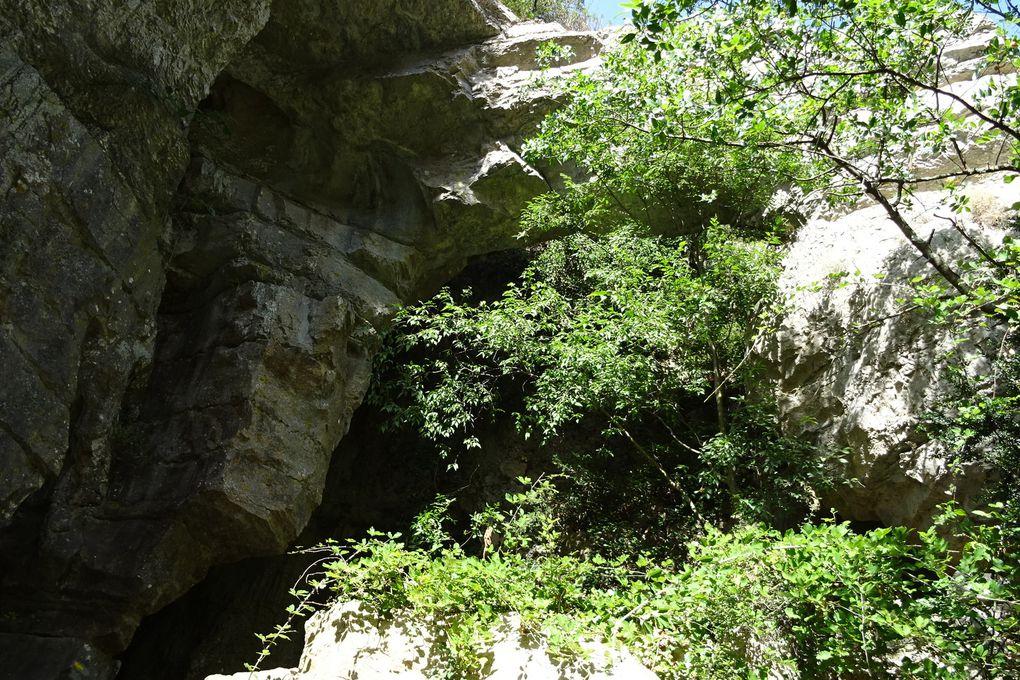 C'est une voûte de pierre naturelle...ça me rappelle une autre voûte. Celle là n'est hélas pas mise en valeur, des arbres la cachent partiellement, on a faillit la manquer !