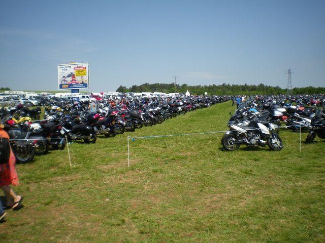 Le parking rempli des milliers de motos