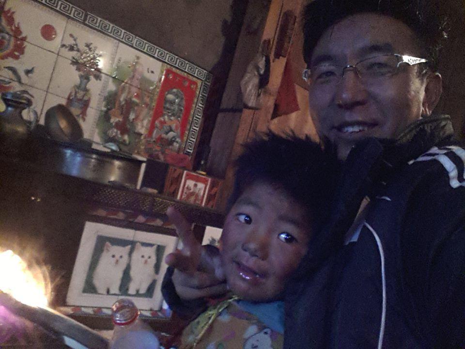 Un peu de détente dans la cour de l'école avec les enfants, un bon repas Tibétain au chaud chez l'habitant et ... au lit car demain est un autre jour !