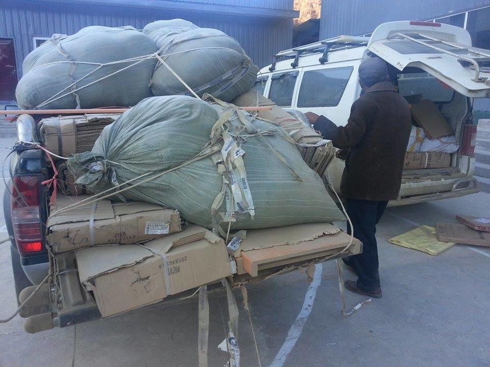 Deux véhicules chargées à bloc de meubles et autres ... sur les chemins précaires qui mènent à Zopa