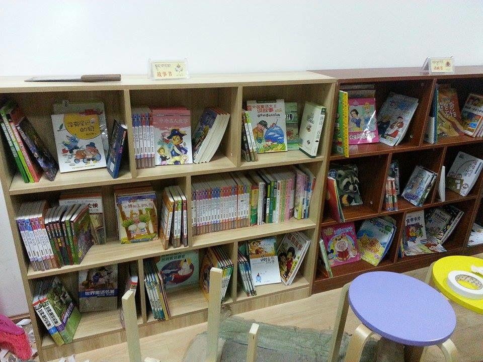 Presque 700 livres à classer et à ranger, ça demande patience et méthode ... ils ont même fabriqué des jolis petits panneaux décorés qui, posés sur les étagères, indiquent les différents genres ! Ah, faut pas oublier les tables de lecture !
