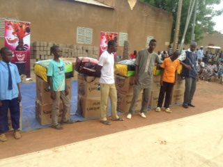 """Cette année, plus de 500 habits & draps ont été remis aux enfants """"talibés et déplacés du Nord Mali"""". Après notre manifestation de don d'habits et de cadeaux aux talibés, les enfants de la rue et les enfants déplacés du nord, l'école OBT a eu l'honneur d'être remerciée par le préfet en remettant au premier des petits parrainés de Farikolo Nienedie, un carton plein de cadeaux, ensuite une collation était prévue pour les enfants : sandwichs, boissons..."""