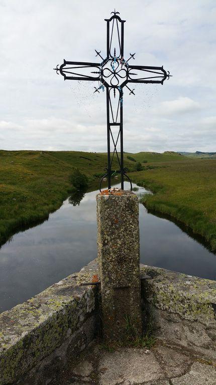 Croix de fer sur le pont du Bès et croix de granit