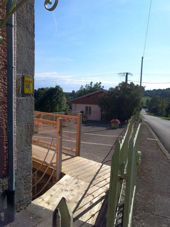 Une passerelle a été créée pour permettre d'accéder de plein pied aux appartements 3 et 4 et permet à ces deux appartements d'avoir une petite terrasse.