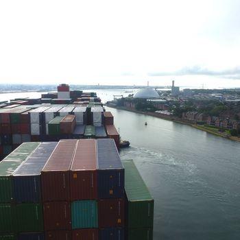 Départ en marche arrière du BOUGAINVILLE port de Southampton