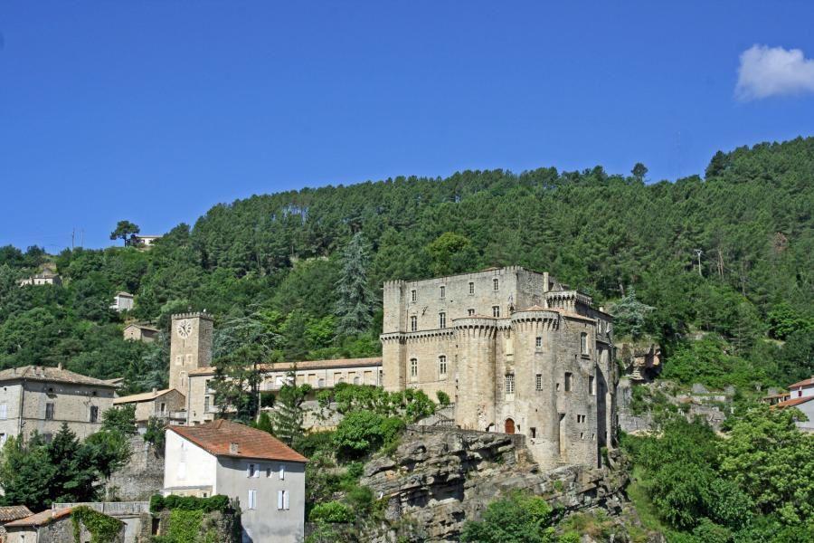 Vues du château de Largentière. Imposant bâtiment qui domine la cité.