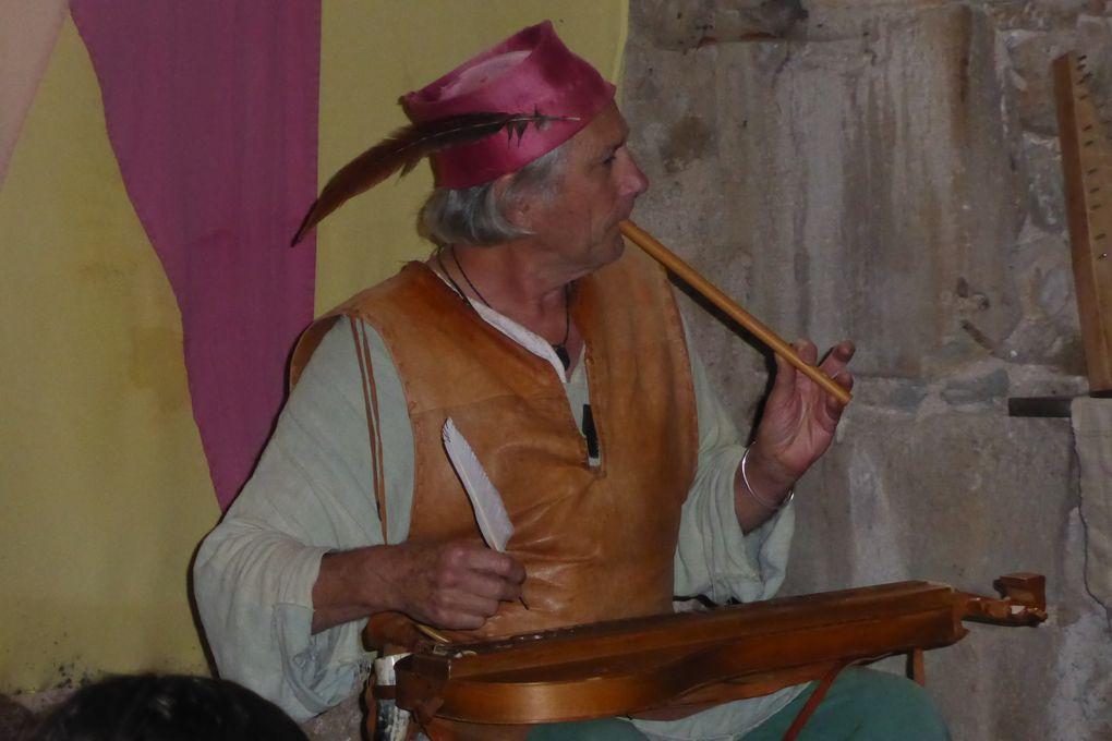 Instruments à cordes ou à vent...des sons très anciens se font entendre.