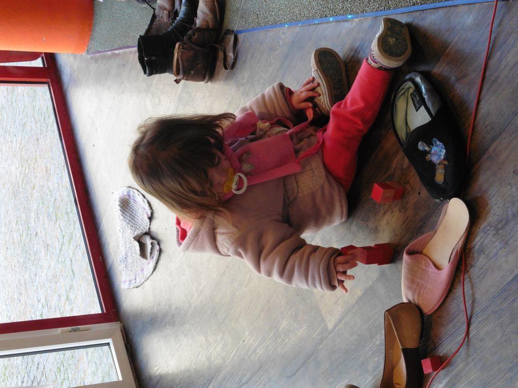 """Mercredi, nous profitons que c'est la semaine de l'ouïe et allons voir une exposition intitulée """"Allo chaussures"""", différents sons sont à écouter dans l'ensemble de la pièce, au creux des chaussures, dans un tipi on peut écouter un conte, il y a même de quoi se maquiller, de quoi observer et écouter ... la grande quant à elle est à ciné goûter avec une copine &#x3B;)"""