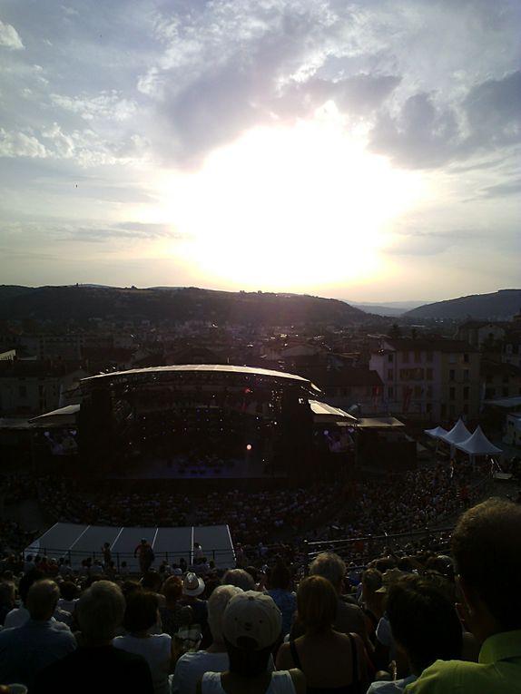 Coucher de soleil depuis les gradins du théâtre antique.