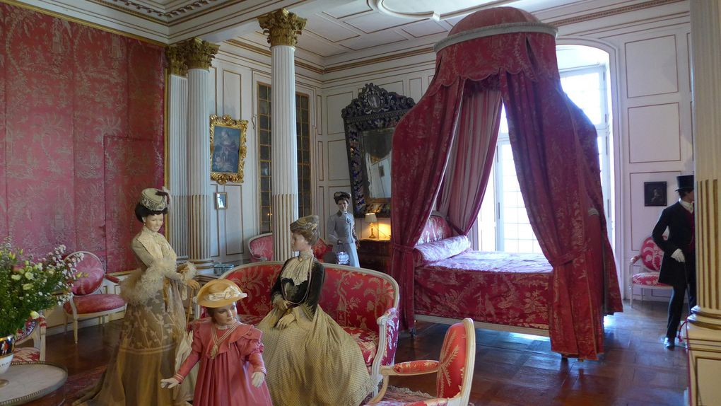 A l'intérieur du château chouette reconstitution de costumes du début du siècle et exposition sur La Belle au Bois Dormant de Perrault