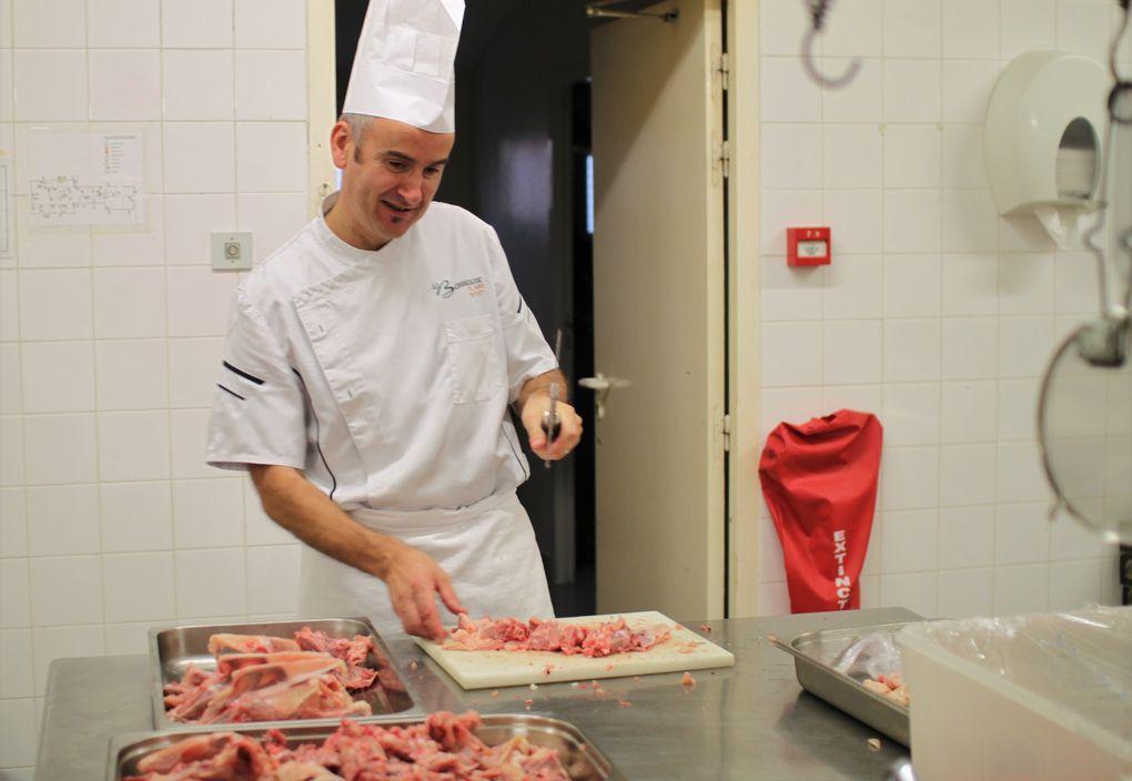 Les cuisiniers ont préparé, bénévolement, l'entrée, le plat de résistance et le fromage du repas de la soirée cabaret organisée à la salle des fêtes de Cholet.