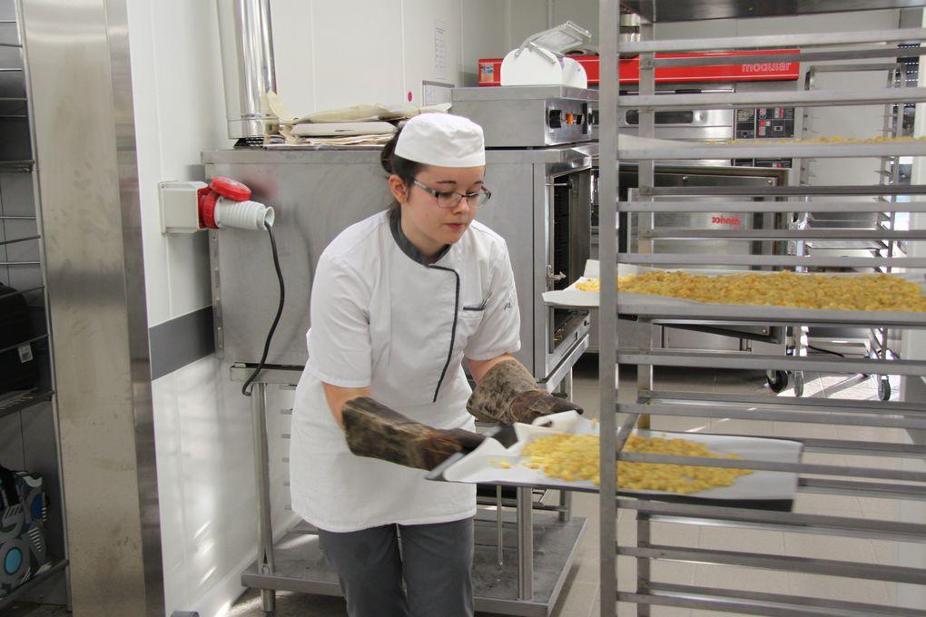 Beaucoup de calme et de détermination dans l'attitude de ces jeunes apprentis boulangers pâtissiers.