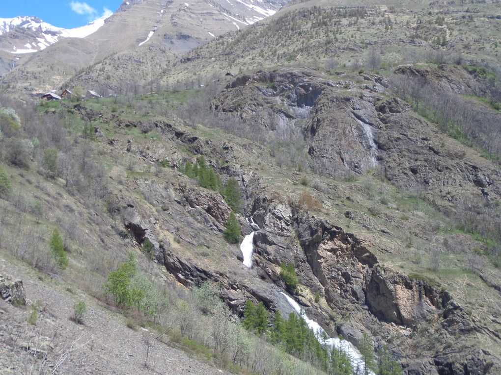 Dormillouse au printemps avec vues sur le Col de Freissinieres , les cascades, le gite des Enflous, le gite de l'Ecole et le sommet du Grand Pinier (3117m) - Superbe !!