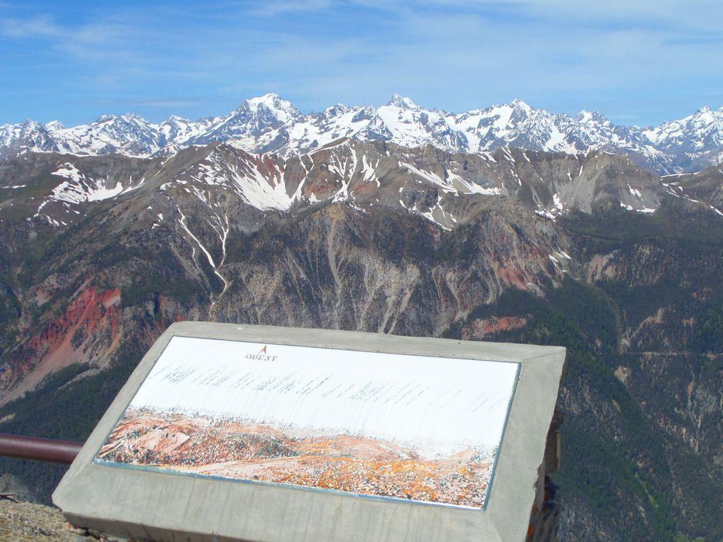 Au départ de Montgenèvre (1900m), montée sur la Crète du Chalvet (2630m), superbe belvédère sur le Massif des Ecrins, le Pic de Rochebrune, le Mont Viso, le Chaberton, le Thabor et les sources de la Durance.