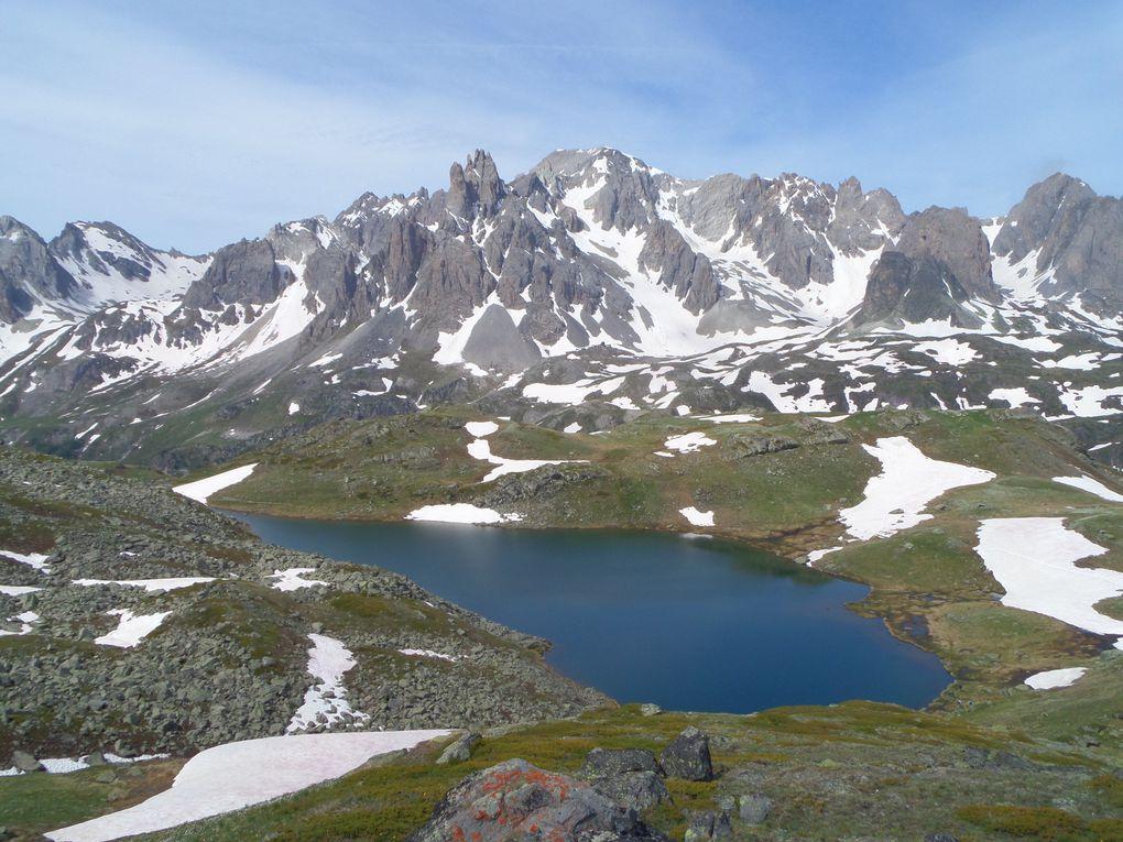 au départ des Chalets de Laval (2040m), magnifique randonnée jusqu'aux Lacs Long (2387m) et Rond (2446m), et vue sur la Pointe des Béraudes, la Tète de la Cassille (3069m) et la Main de Crépin (2757m) !