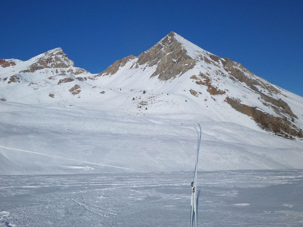 départ vers 2000m sur la route Laus/Izoard et montée à ski de fond (avec peaux) jusqu'aux Chalets de l'Izoard (2200m) puis jusqu'à un petit plateau (2300m) sous le Col des Ourdéis (2420m), ensuite redescente pour reprendre l'itinéraire damé jusqu'au Col de l'Izoard (2360m) !! Belle journée mais neige glacée !!