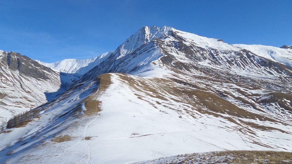 départ du village des Cours (1760m) et montée en raquettes jusqu'au sommet de l'Aiguillon (2095m) !! superbe belvédère sur la Meige et la vallée de la Romanche !! encore un bel itinéraire nordique !! à faire à ski de fond dès que la neige sera de retour !!