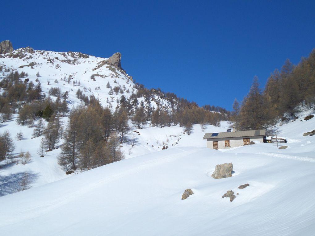 départ de Villargaudin (1604m) et montée à ski de fond (avec 1/2 peaux) jusqu'au Belvédère du Queyron (1985m) puis jusqu'à la Cabane de Baoude (2100m) !! superbe parcours en forèt et des vues magnifiques sur la vallée du Guil et le Queyras !! une merveille !!!