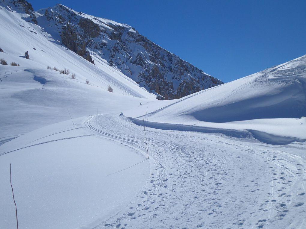 départ du Laus (1745m) et montée à ski de fond (avec 1/4 de peaux) au Col d'Izoard (2360m) !! grand beau temps mais fortes rafales de vent au Col d'Izoard !!