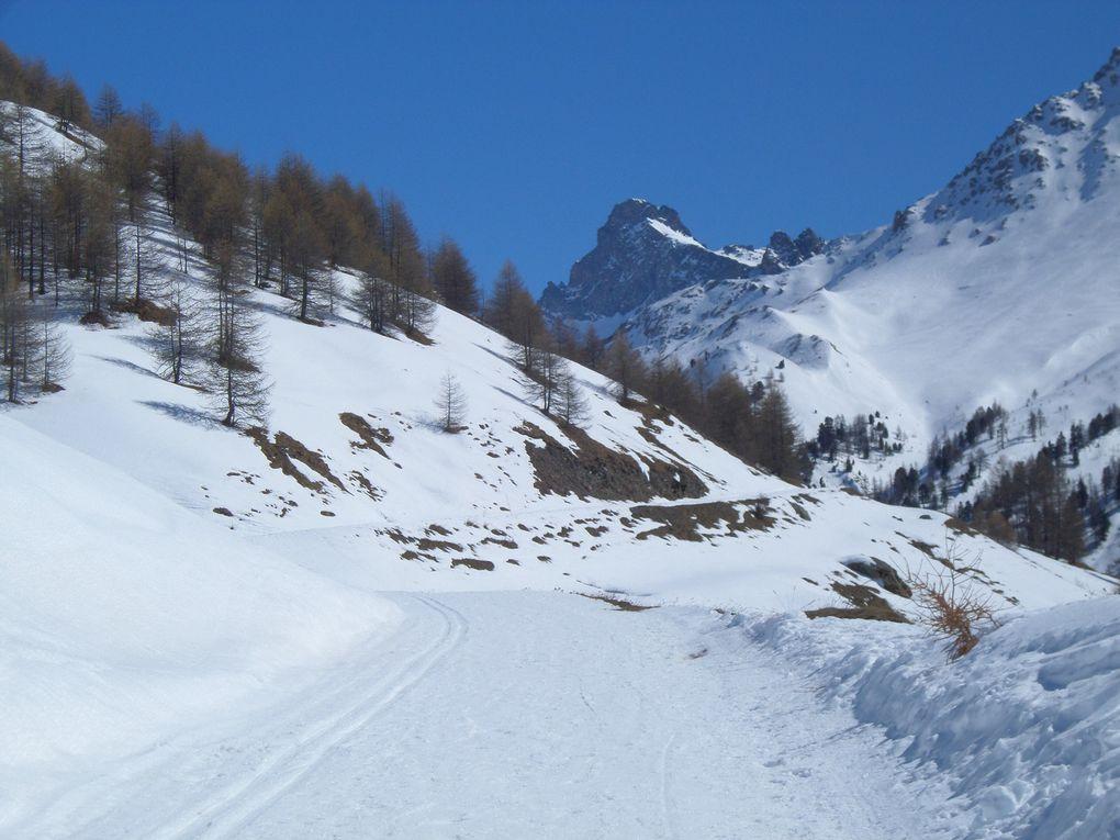 départ de St Véran (2050m) et montée à ski de fond (avec 1/2 peaux) jusqu'à la Chapelle de Clausis (2400m) puis jusqu'au Refuge de la Blanche (2500m) avec des vues sur la Tète des Toillies (3175m), sur le Col de St Véran (2844m) et sur le Pic de Caramantran (3025m) !! Toujours aussi splendide !!