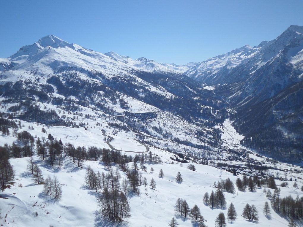 un petit tour en Italie , au départ de Sestrière (2030m) et montée à ski de fond (avec 1/4 de peaux) jusqu'au ristorante Grange Elp , puis jusquau Belvédère du Monte Rotta (2120m) et enfin sur l'itinéraire en balcon en direction de Soleil Boeuf !! un site exceptionnel !!