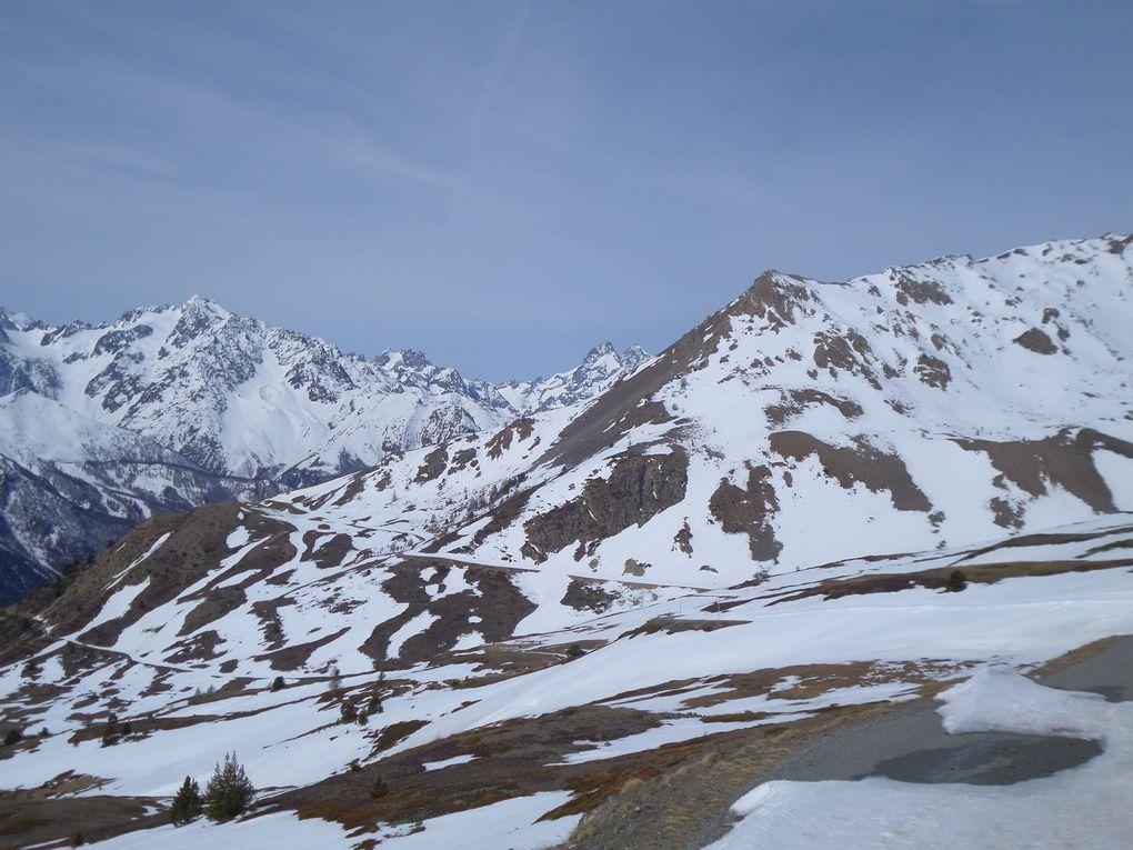 départ (alt 2000m) , 1 km après le hameau des Tronchets et montée à ski de fond (avec 1/2 peaux) jusqu'au Col du Granon (2413m) !! bonne neige de printemps !! il reste plus d'un mètre de neige au Col du Granon en ce début Avril !! et le Col de l'Oule est encore très enneigé !!