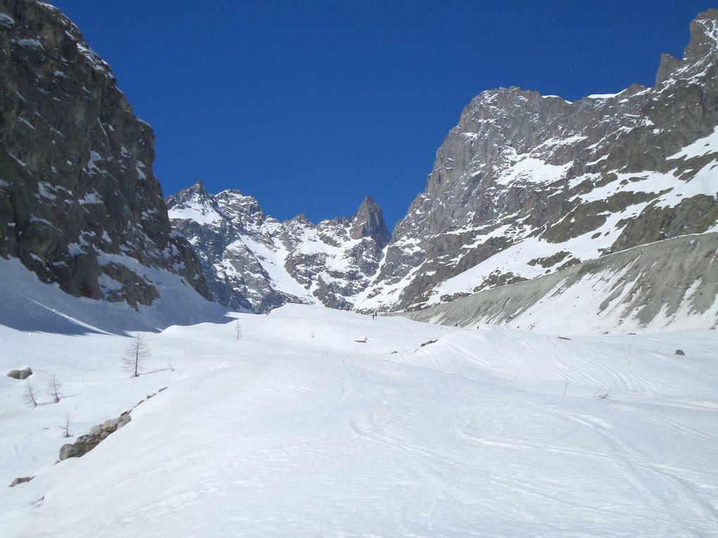 départ du parking de printemps (1800m) au dessus dAilefroide,  et montée à ski de fond (avec 1/4 de peaux) jusqu'au refuge du Pré de Mme Carle (1874m) puis jusqu'à la base du Glacier Noir (2100m), au pied du Pic Coolidge et de la Barre des Ecrins (4102m) !! un site grandiose !! et d'excellentes conditions de neige !!