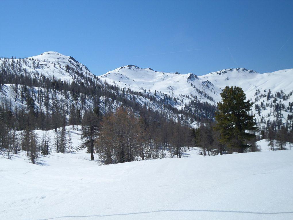 un petit tour en Italie, départ de Clavière (1740m) et montée à ski de fond (avec 1/2 peaux) jusqu'à La Coche, puis jusqu'au refuge Gimont (2000m) et enfin jusqu'au Colle Bercia (2220m) avec des vues sur le Mont Chaberton et sur le Pic de Rochebrune !! ce site est une merveille !! et l'enneigement est encore excellent en cette mi Avril !!