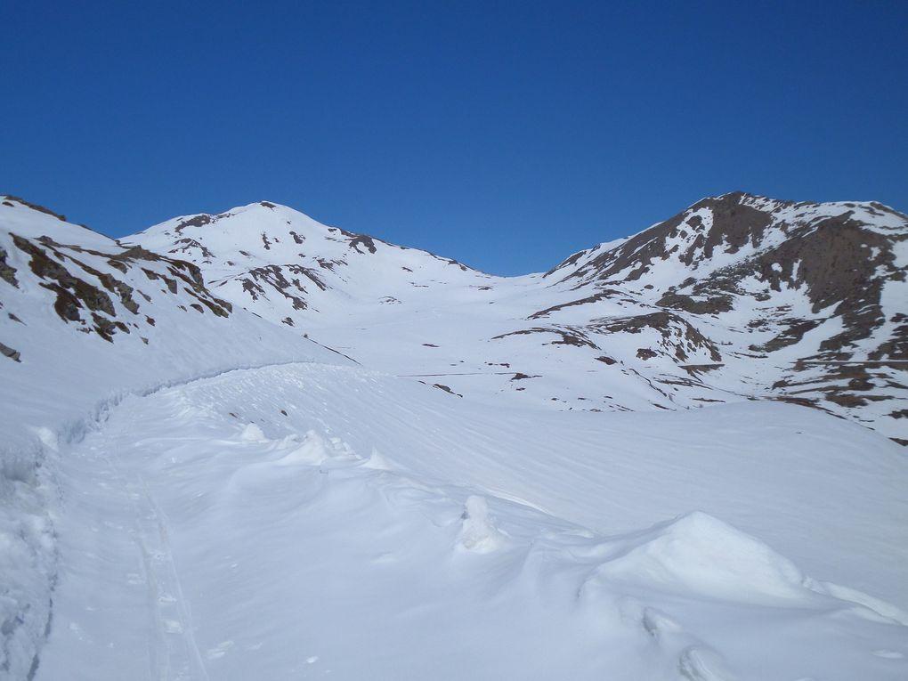 départ de St Joseph (2170m) et montée à ski de fond (avec 1/2 peaux) jusqu'au Col du Granon (2413m) puis jusqu'au Col de l'Oule (2546m) avec des vues sur le Mont Viso , le Pic de Rochebrune et sur le Massif des Ecrins !! splendide journée neige et soleil !!