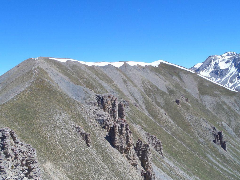 départ de Montgenèvre (1900mm) et montée au Belvédère du Chalvet (2577m) puis au sommet de la Crète du Chalvet (2600m) avec des vues sur le Massif des Ecrins, Le Thabor, le Chaberton et le Pic de Rochebrune !!
