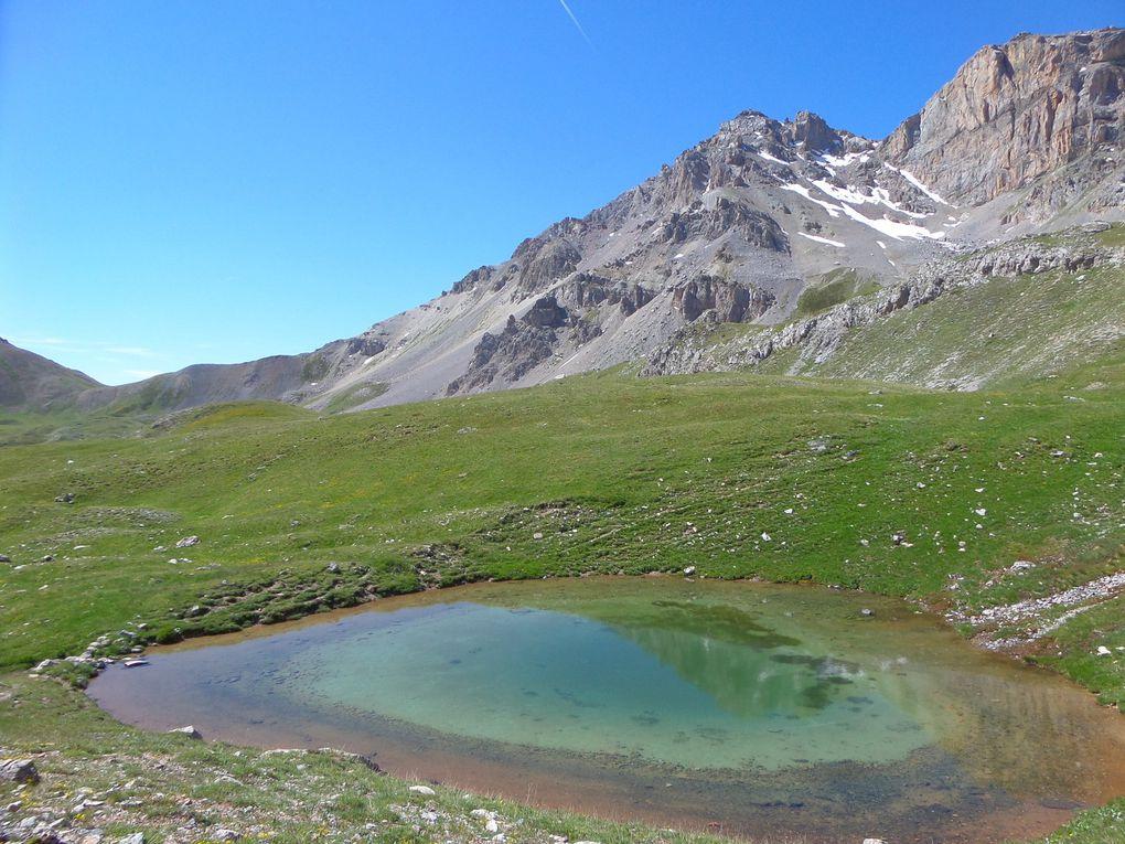 départ de la route de l'Izoard (2120m) et montée au Lac des Peygus (2380m) puis jusqu'au Col des Peygus (2612m) !! Belle randonnée et vue magnifique au Col sur les Aiguilles d'Arves, le Grand Galibier , le Thabor, le Chaberton, le Pic de Rochebrune et les Pics de la Font Sancte  !!
