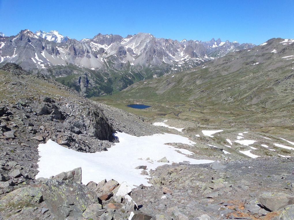 départ de Fontcouverte (1853m) et montée au refuge Ricou (2115m) puis au lac Laramon (2350m) puis au lac Serpent (2450m) puis au Pic des Lacs (2612m) puis montée aux Lacs des Gardioles (2650m) et enfin au petit Col (2720m) de la crète de la Cula avec vue sur le Lac de la Cula (2450m) !! superbe journée avec des vues splendides sur le Massif des Ecrins et les Aiguilles d'Arves !!