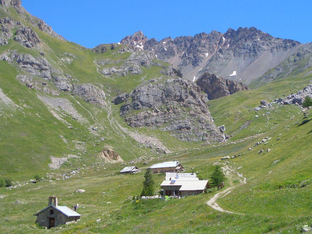 départ du Pont de l'Alpe (1720m) et montée au Col et à la Bergerie Clot d'Ane (2470m) avec vue sur le Grand Lac (2282m) , puis montée jusqu'au Lac de la Ponsonnière (2560m) et enfin jusqu'au sentier balcon (2630m) situé au dessus du Lac !!  des magnifiques Lacs de montagne !!